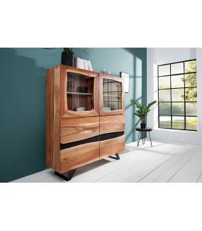 Ciekawie wykonana komoda z drewna akacji pięknie będzie się prezentować w klasycznym salonie.
