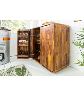 Komoda wyposażona w praktyczne wieszaki na kieliszki i liczne komory może pełnić rolę mini barku w salonie