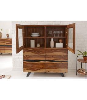 Ciekawie wykończona komoda ZAMBEZI pięknie zaprezentuje się w salonie w stylu boho oraz loft.