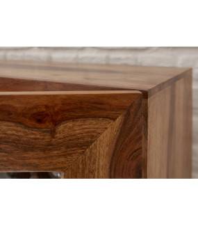 Wysoka przeszklona komoda idealnie wkomponuje się do jadalni zaaranżowanej w stylu nowoczesnym.