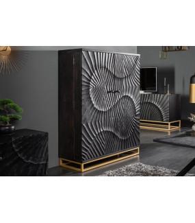 Praktyczny barek wyposażony w specjalne półki i uchwyty idealnie sprawdzi się w industrialnym salonie  oraz klasycznym pokoju.