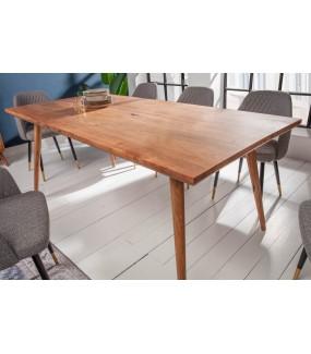 Drewniany stół świetnie sprawdzi się w pokoju w stylu klasycznym lub rustykalnym.