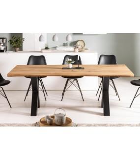 Stół do industrialnego salonu o ciekawej podstawie. Stworzy ciekawy klimat w skandynawskiej jadalni.