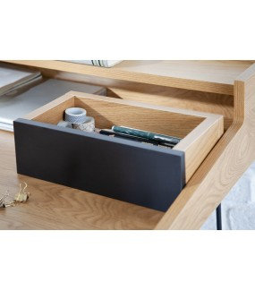 Praktyczne biurko do  nowoczesnego biura. Wpisze się do gabinetu zaaranżowanego  w stylu industrialnym.