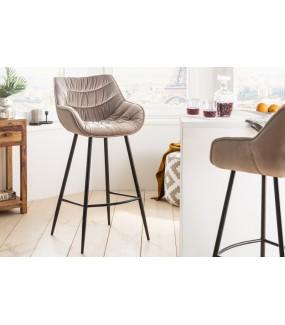 Wygodne krzesło barowe do jadalni zaaranżowanej w stylu retro lub kuchni w stylu industrialnej.