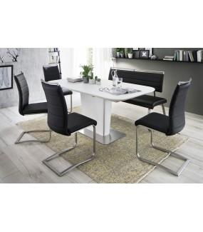 Biały rozkładany stół idealnie będzie się prezentował w salonie w stylu skandynawskim oraz nowoczesnej jadalni.