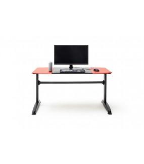 Nowoczesne biurko w optyce karbonu z czerwonymi elementami i napisami przypadnie do gustu miłośnikom gier komputerowych.
