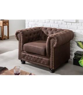 Fotel Chesterfield II w odcieniu Brąz Vintage do salonu w stylu vintage.